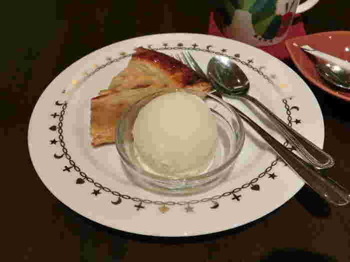 スイーツメニューはケーキやアイスがあります。写真はアップルパイセット。リンゴがぎっしり入ったパイとバニラアイスは、言うまでもなく相性抜群です!