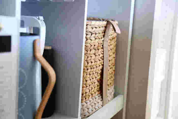 カウンターに入ったこちらのバスケット、実はゴミ箱なんです。セリアのプラダンで作ったインナーボックスを入れて、ゴミ箱として活用しているそう。バスケットを上手く利用すればゴミ箱感を出さずに、おしゃれに見せてくれます。