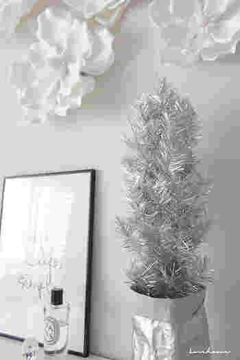 ホワイトカラーで統一されたインテリアにシルバーのクリスマスツリーがワンアクセントに。ルームフラグレンスなど小物も、センス良く合わせてあり参考になりますね。