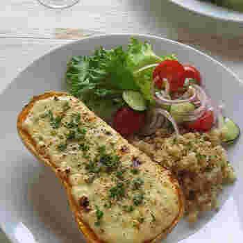 サラダのレシピでご紹介したちょっと変わったひょうたん型をしたひょうたん(バターナッツ)かぼちゃ。味だけでなくひょうたん型の見た目もキュートなので、まるごと器に見立ててグラタンに。