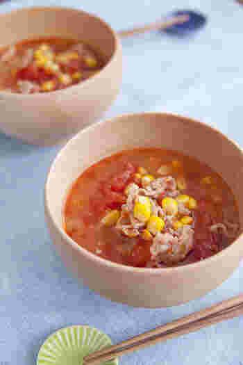豚肉とトマトを使ったみそ汁のレシピ。豚肉とトマト缶それぞれに旨みがあるので出汁いらずなんです。コーンも缶詰を使えばいつでも手軽に作れますね。