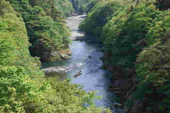 鬼怒川の雄大さや迫力を、間近で感じたい方にぴったりなのが「鬼怒川ライン下り」です。乗船場が鬼怒川温泉駅から歩いて5分と近いので、旅行のスタートに体験するのも良さそう。
