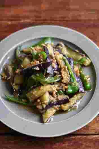 夏野菜のナスとピーマンを使った肉味噌炒め。甘辛い味噌がよく絡んだナスはリピート間違いなしの美味しさです。ナスは多めの油で炒めてトロトロに仕上げましょう。
