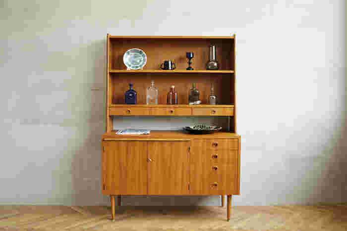 コレクションボードには、お気に入りの器を飾って。季節やゲストに合わせて飾る器を変えるのも素敵ですね。
