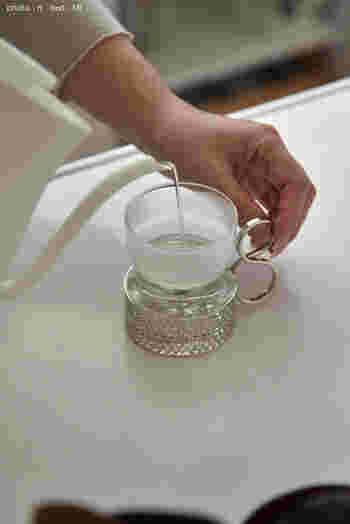 モーニングルーティーンとして、白湯を飲んだり一日分のお茶を沸かしたりしている方も多いのでは?そんな方にオススメなのが、寝る前にヤカンやポットいっぱいに水を汲んでおくこと。  買い物などで水のボトルを買わなくても、汲んでおいた分のお水が余分にキープできることに。  ちなみに、水道水の保存可能期間は、概ね3日程度(※)とのこと。翌朝沸かして口にする分には、全く問題ないのでご安心を・・・。  ※:保存方法・場所・水道水の塩素濃度により多少異なる