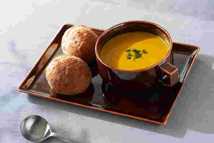 たっぷりスープを飲みたい人や、ポトフなどの具沢山のボリュームたっぷりな汁物を入れるのにおすすめ。スープ以外でもカフェオレボウルとして使ったり、サラダやおかずを盛り付けて使うこともできます。持ちやすいハンドル付きで、マグとボウルのいいとこどりのデザインです。