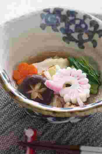 「飾り切り」とは、料理に季節感を演出するものとして、食材を花などの形に切ることです。シンプルなお料理にもさり気なく彩りを添えてくれます。