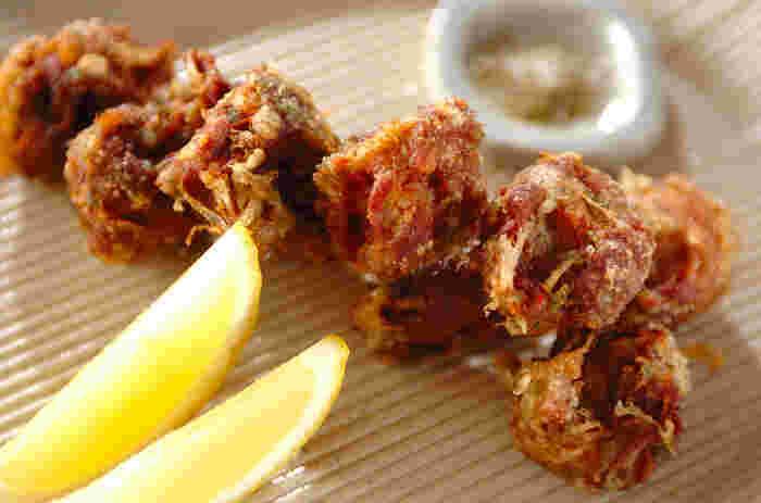 磯の香りがほんのりと楽しめる青のりを混ぜた豚の唐揚げです。一緒に添えた山椒塩で日本酒に合う大人の味になります。