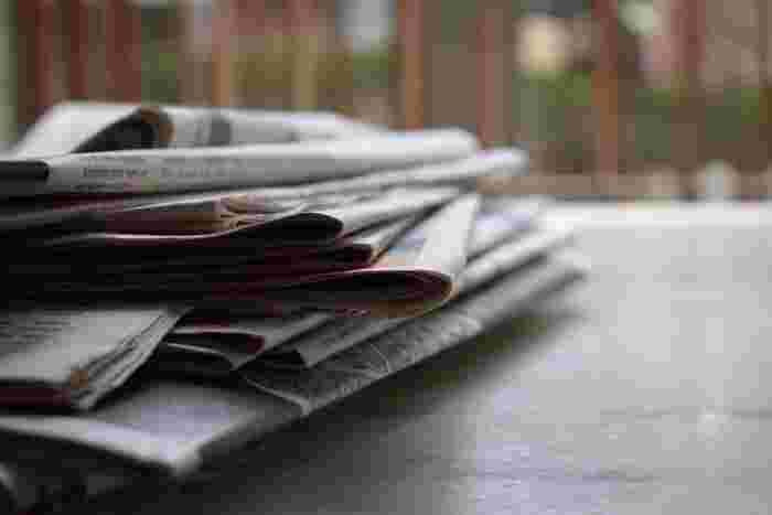 もっと手軽に、新聞紙を丸めて靴の中に入れるという方法もあります。新聞紙が湿気を吸い取ってくれると同時に、黒インクの原材料であるカーボン(炭)が脱臭効果を発揮します。新聞紙をこまめに取り替えれば早く乾きます。ただ靴があまりに濡れていると、黒いインクが靴に色移りすることがあるので、新聞紙を布などで包んで。そうすれば玄関に置いても景観を損ねません。