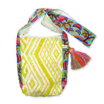 カラフルでエスニックな刺繍は、小物やバッグで取り入れると、着こなしのアクセントになって、メリハリが付きます。ごくシンプルな装いにさらりと合わせたくなります。