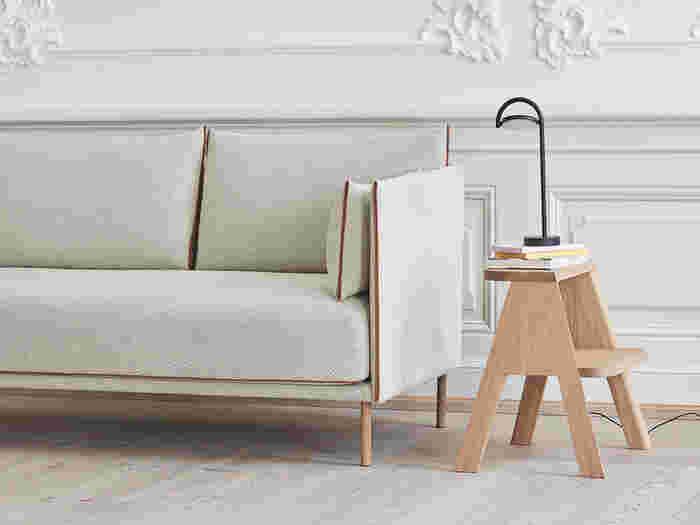 小さめの脚立はサイドテーブルとしても活躍します。ステップが広いものだと物を置きやすいのでおすすめ。ソファーの横に置いて、飲み物や本などを載せれば、リラックスタイムにぴったり!