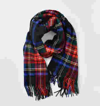 スコットランドの伝統的な格子模様。太い線の上に細い線が重なりながら、鮮やかな色使いで自在な模様が作られます。定義が難しい柄故に個性豊かなパターンから選べるのが魅力です。自分好みの柄を見つけるのも楽しいですね。シャツやマフラーなどに多く取り入られます。