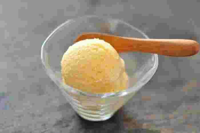定番バニラアイスクリームの材料は、牛乳、生クリーム、卵黄、砂糖と、とてもシンプル。作り方は、これらの材料を混ぜ合わせて、冷やし固めるだけです。途中2~4回スプーンでかき混ぜると、なめらかな食感になります。