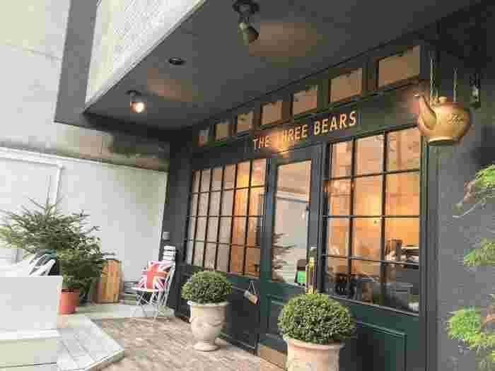 烏丸駅や四条駅からすぐ、錦市場商店街にある大変おしゃれなカフェです。ヨーロッパをイメージするスタイリッシュで明るくひとりでも入りやすい人気店です。天気の良い日にはオープンテラスでお食事も楽しめます。