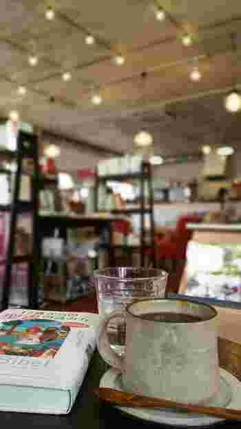 奥はカフェになっています。本を読みながら美味しいコーヒーをいだだく…そんな贅沢なひとときを過ごすことができるのも魅力。観光に疲れたときに立ち寄って、ひと休みするのもいいですね♪