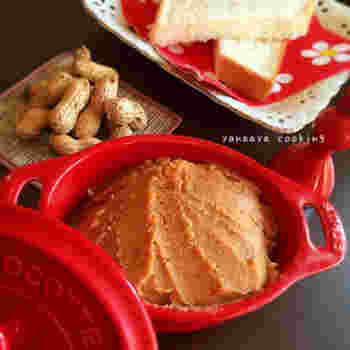 生の落花生を素焼きする場合は、フライパンではなくオーブンでもOK!バターをプラスして香り豊かなピーナッツバターのレシピです。