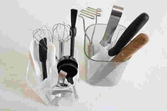 キッチンツールを立てて収納するなら、仕切り板を使うことでツールが絡まることなくスムーズに出し入れ可能に。キャニスターはアクリル製なので水はねも大丈夫。 ▷sarasa design アクリルキャニスター ▷無印良品 仕切り板