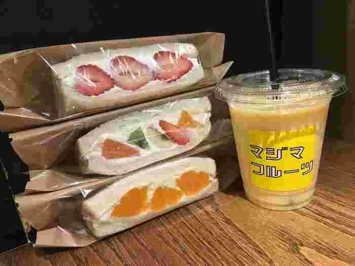 ミックスジュースを一緒にオーダーしても◎店内で食べるなら、フルーツがたっぷり乗ったパフェもおすすめです。