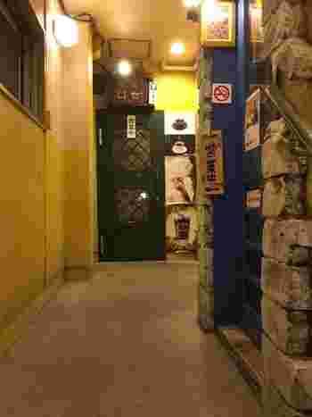ビルの2階にあります。階段を上るとそこは昭和・・・。昔懐かしい雰囲気が漂います。