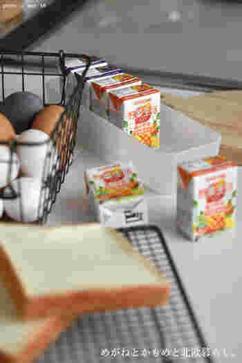 また野菜や果物不足解消のために、ジュースやフルーツの缶詰も用意したいところ。おやつ類も心の栄養のためにあるといいですね。