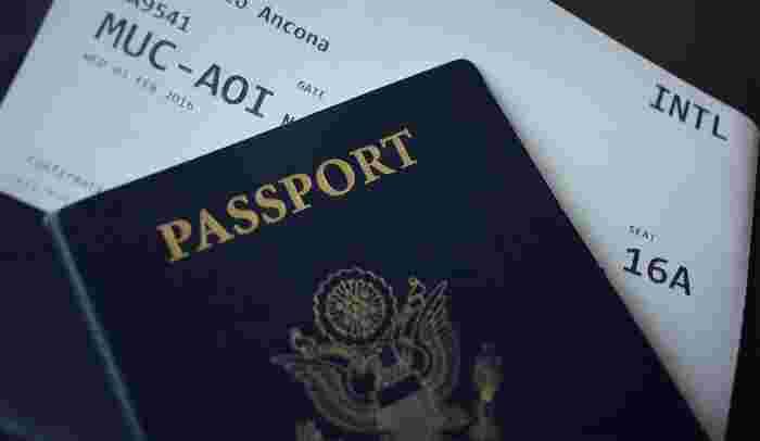パスポートケースにもさまざまなデザインがあります。航空券やクレジットカード、現金などをまとめて管理したいときには、ケースの収納力に注目してみましょう。パスポートと一緒に必要になりそうなものがスムーズに入ることがポイント。ただ、貴重品が集中することによる防犯面でのデメリットもあるので、用途に合わせて管理しやすいものを選びましょう。