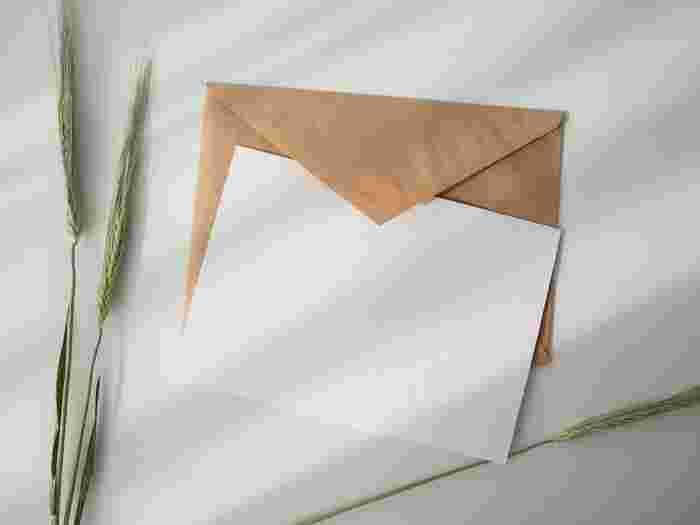 年賀状や誕生日カード、退職者へのメッセージなど、誰かへのお手紙って、これといったタイミングが巡ってこない限り書きませんね。最近では簡素化し、わざわざ手紙をしたためるのはちょっとハードルが高いことのように感じます。でもだからこそ送る相手に「特別な気持ち」は伝わるのではないでしょうか。  多くの人がいざ手紙を書こうとした時、何を書けばいいのかわからなくなるかもしれません。そんなときは、まずポストカードから始めてみませんか?例えば旅先で見つけた素敵なポストカードに「今北海道にいるよ!今度は○○と行きたいと思ってお手紙書きました」とか、お土産に「お母さんいつもお裾分けありがとう!綺麗なハンカチ見つけたから贈るね」などとメッセージカードに託して書いてみたらいかが?案外ハードルは低くて、でもお互いに新鮮な気持ちを共有できるのではないでしょうか。