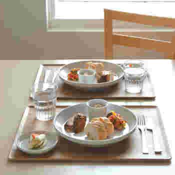 一人分の食事がのる、程よい大きさ。朝食はもちろん、ランチや晩酌など、幅広いシーンで使えます。和洋どちらにも合わせられる、万能トレイです。
