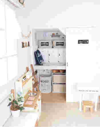 子供部屋の押入れの扉や枠、仕切りを白くペイントし、内側に壁紙を貼って、本格リフォーム。元が押入れとは思えない、まるで秘密基地のような空間に。
