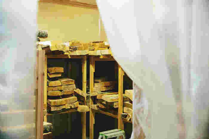 乾燥した木の状態を保つため、木材は「コンディショニングルーム」で保管する。厚いビニールシートで部屋を覆い、除湿乾燥機で水分を抜く。クオリティに影響する大切な作業