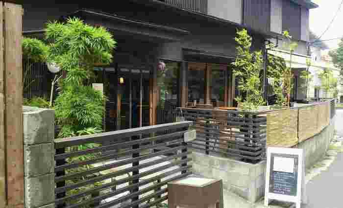 赴きのある店舗の外観。神楽坂の路地裏にとてもなじんで雰囲気があります。