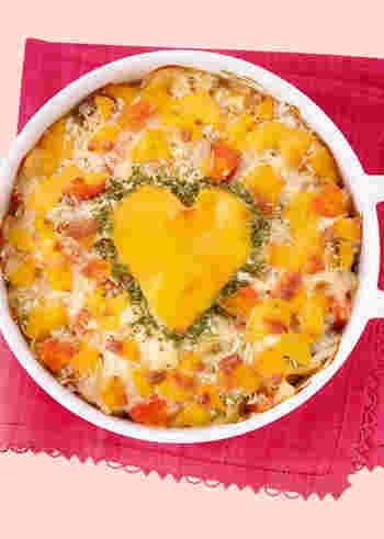 定番のチキングラタンも、ハート型に抜いたチェダーチーズを飾れば、バレンタインらしくなります。