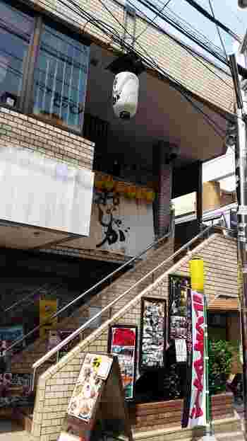 下北沢駅から徒歩3分、階段を登った2階に「おじゃが」はあります。1階部分にも大きく看板が出ているので安心してください。