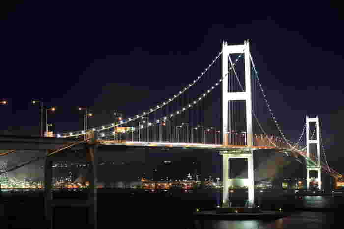 白鳥大橋展望台からは、「東日本最大の吊橋」である白鳥大橋を目線の高さで眺めることができます。ライトアップをされた白鳥大橋は、その名の通り、ハクチョウが翼を広げたかのような壮麗な姿をしており、訪れる人々を魅了してやみません。