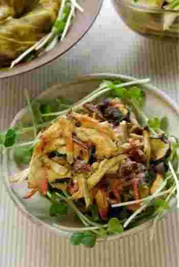 干し野菜が少しずつ余ったら、ミックスしてかき揚げにするのがおすすめ。しっかり乾燥させた干し野菜ですが、衣の水分で柔らかくなるので、戻さずそのまま使うことができます。生野菜で作るよりもサクサクした歯ごたえが楽しめますよ。