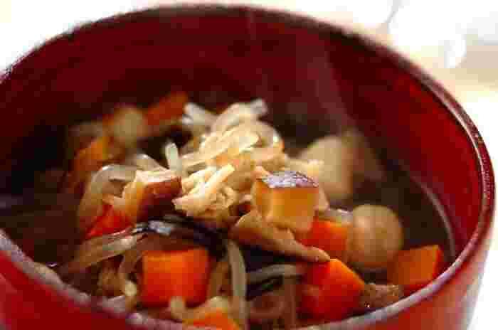 福島・会津地方の郷土料理で、昔からお祝いの席に食べられてきた汁物「こづゆ」。本来は干し貝柱を使ってだしを取りますが、こちらは乾物とホタテの水煮を使ったお手軽レシピです。