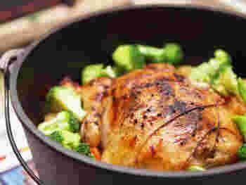 鶏の丸焼きの中にはなんと冷凍おにぎりが!時短アイディアメニューです。クリスマスの食卓の主役にもなりますよ。
