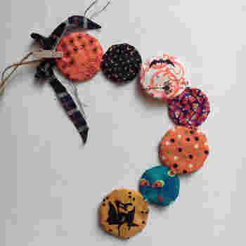 ヨーヨーキルトで作ったハロウィンの飾り。 手作りならお子様の喜びも2倍になりそうですね。