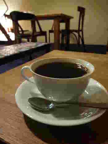 読書のお供には、かもがわハウスブレンドを。オーダーされてから豆を挽き、丁寧に淹れてくれる深入りのコーヒーは、香り高くしっかりとした味わいです。