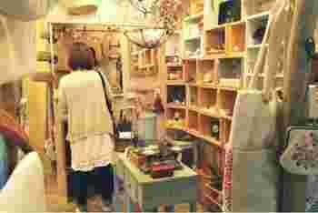 お店の中にはおしゃれな雑貨がずらり。ギャラリーボックスがレンタルされており、自分の作品を自由に展示&販売することができます。