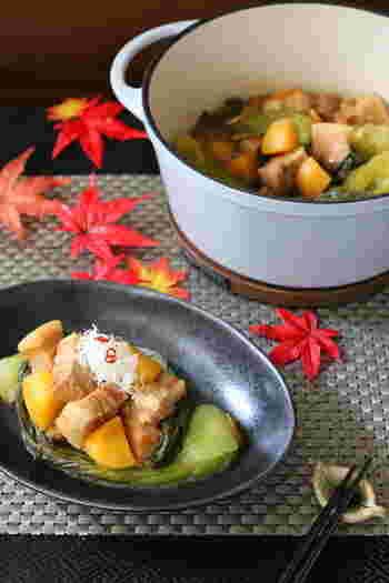 お味噌で煮込んだ豚肉と柿、青梗菜。優しい甘さと秋らしい色合いにほっこりさせられます。
