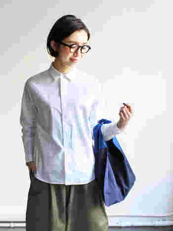 スタンダードカラーはきちんとした装いに最適です。第一ボタンまでしっかりと留めると、よりクリーンな印象になります。