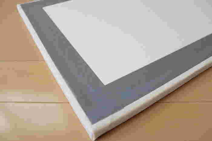2.上からテープをしっかりと貼れば完成! ※飾るときは発泡スチロールにピンの穴をあけて、壁にピンを刺して掛けると◎