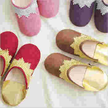 モロッコの革製のスリッパ・バブーシュは日本でもルームシューズとして人気のアイテム。こちらは柔らかな履き心地のスエード調生地のバブーシュ。カラフルで民族衣装のような飾りが、エキゾチックな雰囲気を演出します。