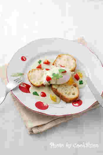 流行のエッグベネディクトをフランスパンで! とろとろのポーチドエッグの他にも、ベーコンやアボカド、サーモンやチーズなどの魅力あふれる具材を乗せれば至福です♪  こちらのようにブルーチーズソースなど、ソースにこだわるのもいいですね。