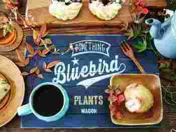 セリアのすのこ2枚で作るカフェマットは、ペイントとステンシルがおしゃれ♪1枚だけバラして、もう1枚のすのこと組み合わせて作っていきます。ヤスリで表面を整えることで、食卓でも安心して使えます。おうちでカフェ気分を味わえそうですね!