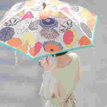 雨といえば必ず必要になるのが『傘』。手軽なビニール傘で済ませてしまう方もいらっしゃるのでは?傘もファッションアイテムの1つとしてお気に入りのものを使えば、お出かけもウキウキ楽しくなるかも。こちらの「傘on傘柄」はユニークですし、ポップな色使いは雨空にも鮮やかに映えそうですね。
