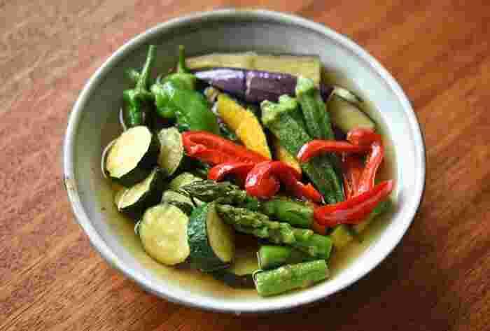 お肉やお魚が入っていないのに、おなかが満足できるメインおかずがこちら。オクラやアスパラ、ナスなどを素揚げして、熱いうちにだし汁に漬けこみます。  薄口醤油を使うと野菜の色が映えてキレイですね。メインにも副菜にもなる揚げびたしは、夏の定番メニューになりそうです。