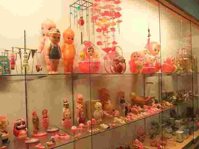 こちらは女のコのおもちゃ。キューピー人形などのお人形さん、おままごと用の家電のおもちゃなどが見られます。ピンクを中心にポップな色使いが昭和を感じさせますね。