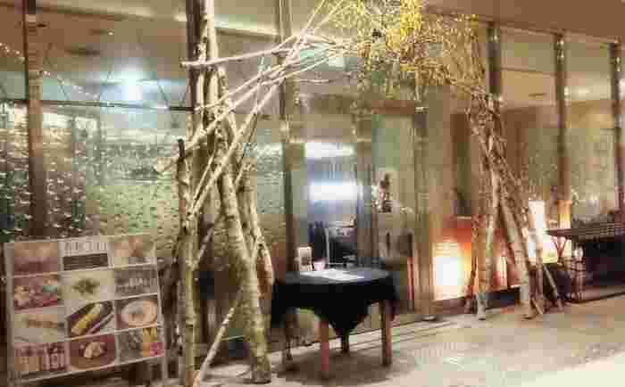 ユニークなガラスと柔らかなライティングが目を引く外観は、店名通り「ユラリ」とリラックスできそうな雰囲気が素敵です。
