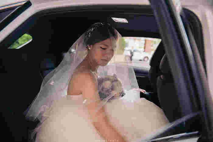 乗り込むところを撮影すると、車とドレスとの色のコントラストが鮮やかで、より特別感が際立ちます!